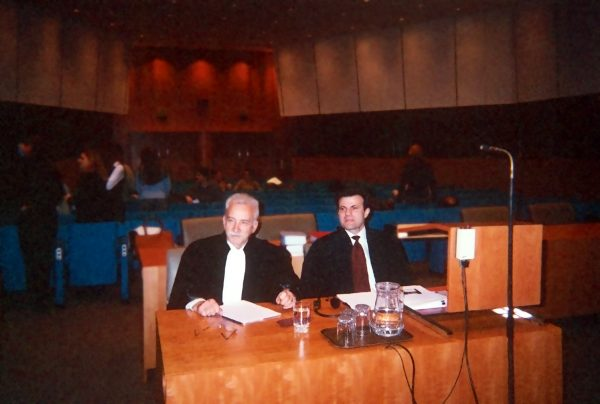I. Stavropoulos with Professor N. Skandamis at the hearing of case Athinaiki Zithopoiia (C-294/99) at the European Court of Justice, March 2001